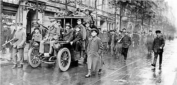 1919 년 1 월 베를린에서 혁명적인 선원과 노동자들의 시위행진.png