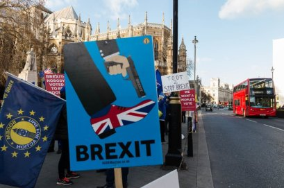 LONDON, UNITED KINGDOM - JANUARY 08: Pro-EU and anti-Brexit protesters demonstrate outside the Houses of Parliament in Westminster. MPs in Parliament are set to resume the debate on EU Withdrawal Agreement tomorrow, ahead of the 'meaningful vote' expected next week after last month's vote was deferred by the Prime Minister Theresa May faced with a prospect of a major defeat for the Government. January 08, 2019 in London, England. (Photo credit should read Wiktor Szymanowicz / Barcroft Media via Getty Images)