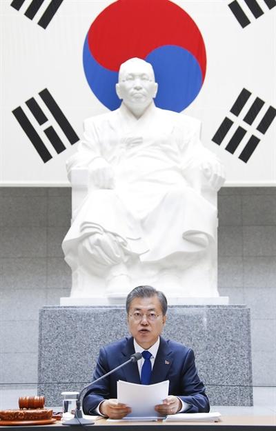 백범_김구_기념관에_앉아_있는_문재인사진_출처_연합뉴스.jpg