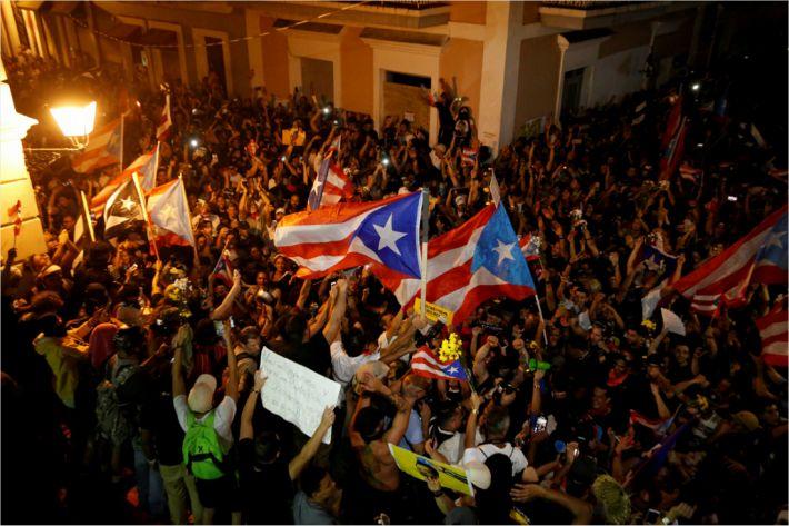 우리가 해냈다고 환호하는 푸에르토리코 민중들